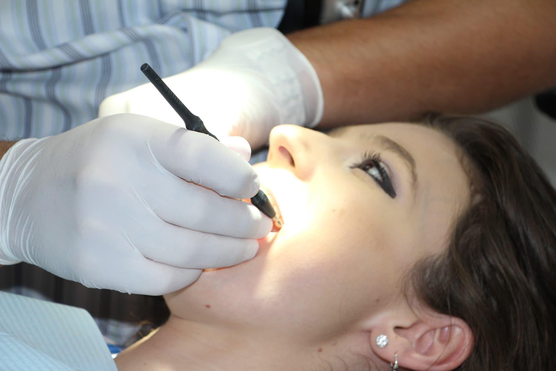 Piaskowanie zębów na czym to polega?